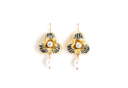 Orecchini Variatio 4: gioiello a forma di trifoglio in cartapesta con oro, perle, foglia d'oro. Artista italiano Gian Luca Bartellone di Bolzano