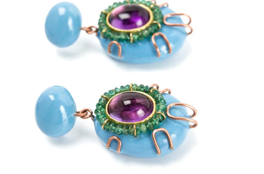 orecchini anthos: gioielli unici con rame, smeraldi, tormaline e cartapesta. artista gian luca bartellone di bolzano, italia