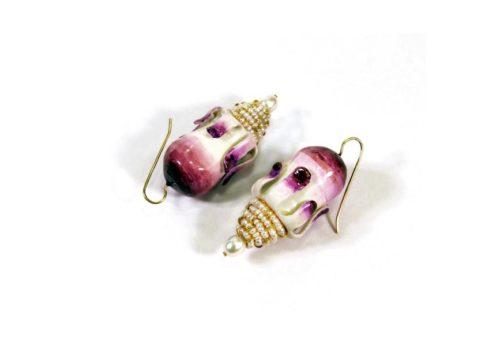 Ohrringe Podea: Unikat Schmuck aus Gold, Microperlen, Pappmaché mit violettem Farbverlauf vom Künstler Gian Luca Bartellone vom Unternehmen Bodyfurnitures aus Bozen, Italien.