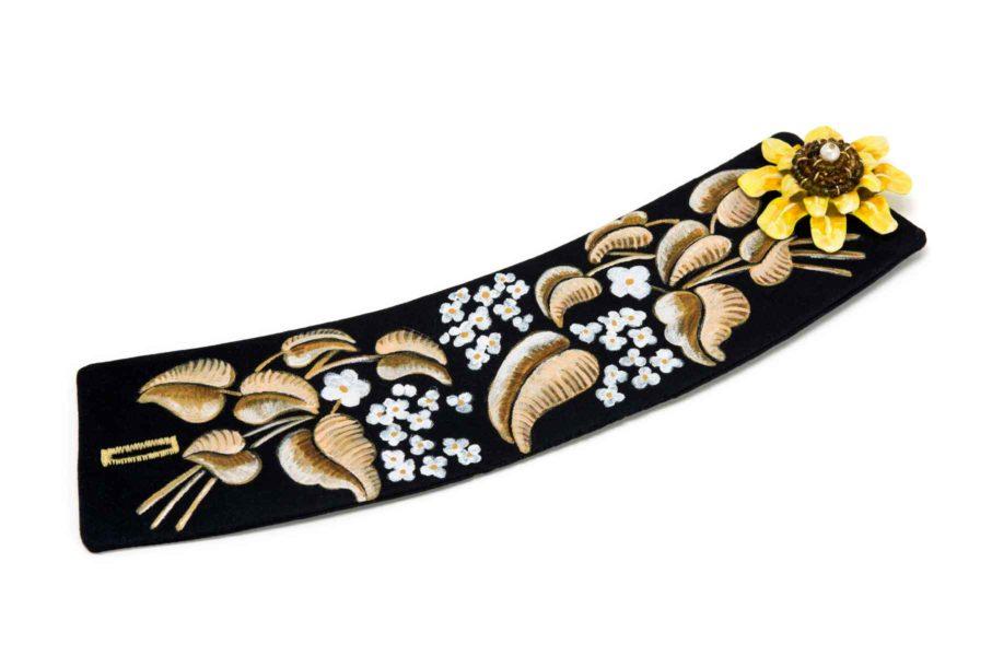 Armband Unio 2017: Unikatschmuck mit floraler handgezeichneter Dekoration auf schwarzer Seide mit Turmaline und Papier. Barocker Textilschmuck von Gian Luca Bartellone, Bodyfurnitures, Südtirol.