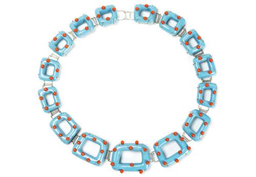 Halskette, Kollier Virtus: Unikatschmuck von Gian Luca Bartellone, Bodyfurnitures Italien. Hergestellt in Bozen. Materialien: Pappmasche, versilberter Kupferdraht, Koralle