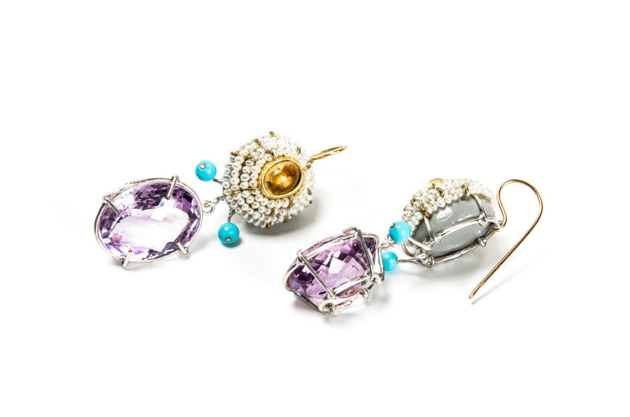"""Italian contemporary jewelry: Earrings Dives 2018, made of papier-mâché, gold 18kt, rose amethysts. By artist Gian Luca Bartellone, Bodyfurnitures Südtirol. Exhibition with """"Italiano plurale"""" during Vienna Jewellery Days (Wiener Schmucktage)"""
