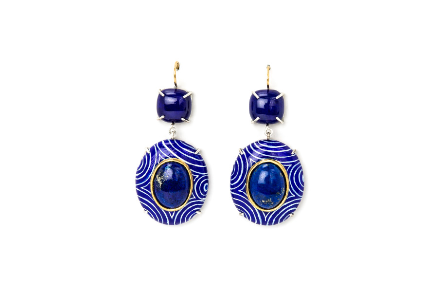Contemporary author jewelry: Earrings Lapis, 2020, made of papier-mâché, gold 18kt, silver, lapis lazuli, gold leaf 22kt. Handmade one-of-a-kind-jewelry by italian artist Gian Luca Bartellone, Bodyfurnitures. Jewelry shop in Milano.