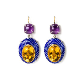 Earrings with big shiny citrine. Contemporary jewelry: Earrings Labor, 2020, made of papier-mâché, gold 18kt, citrines, amethysts, gold leaf 22kt. Handmade one-of-a-kind-jewelry by Gian Luca Bartellone, Bodyfurnitures, Italy.
