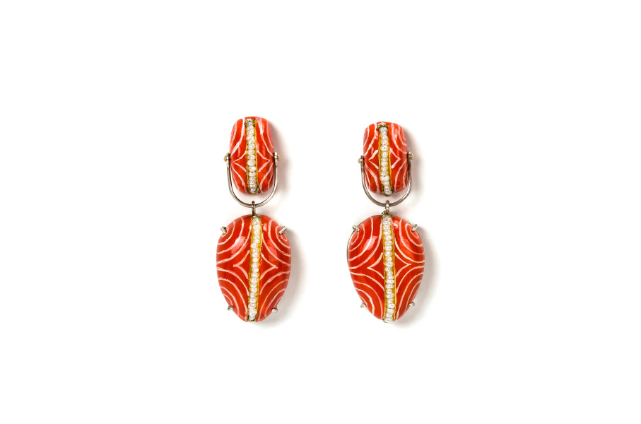 Contemporary jewelry from Italy: Earrings Clamo 3 Limited Edition, red color with handpainted white lines. Materials: papier-mâché, silver, pearls, gold leaf 22kt. Gian Luca Bartellone, Bodyfurnitures Bozen. The arist is part of Italiano Plurale