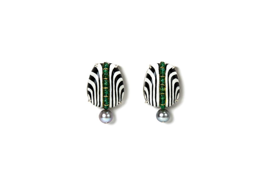 Contemporary author jewelry: Earrings Nidor 3. Limited Edition optical illusion art, shown in New York City. Materials: papier-mâché, gold 18kt, silver, emeralds, pearls, gold leaf 22kt. Gian Luca Bartellone, Bodyfurnitures.