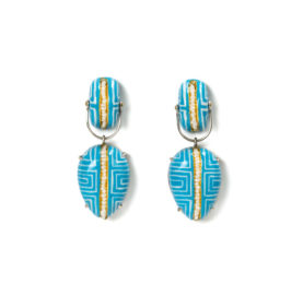 Limited Edition Earrings Clamo 2 – Handpainted contemporary jewelry from Italy. White line design on light blue background. Materials: papier-mâché, silver, pearls, gold leaf 22kt. Gian Luca Bartellone, Bodyfurnitures Bozen.