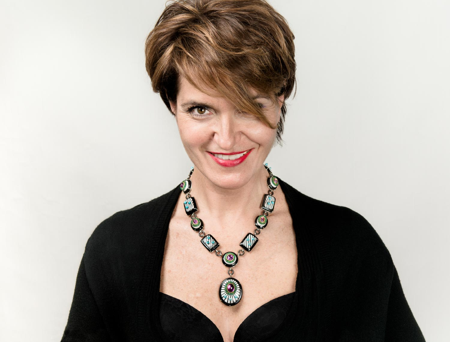 Contemporary necklace Zenit, 2020 from Italy. Material: papier-mâché, silver, iron, emeralds, amethysts, turquoise paste and gold leaf 22kt. Model Ester Cacciani, Bolzano.